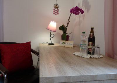 Schreibtisch mit Willkommensgetränk